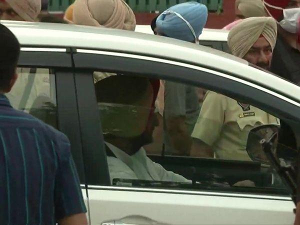 शपथ ग्रहण से पहले पंजाब राजभवन पहुंचे नवजोत सिंह सिद्धू।