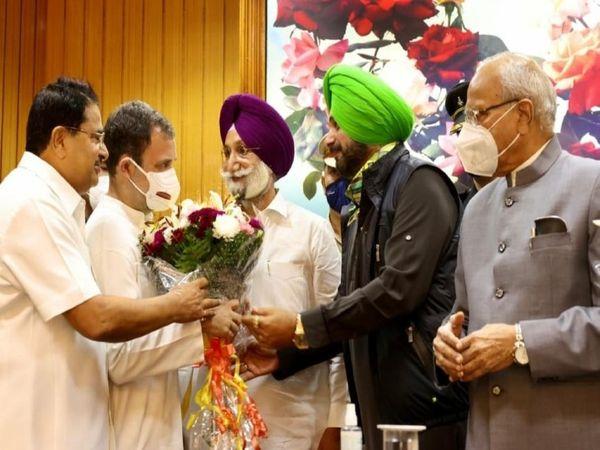 राहुल गांधी नई लीडरशिप से मिलने जैसे ही पहुंचे, सिद्धू भी गुलदस्ता लेकर मंच पर पहुंच गए।