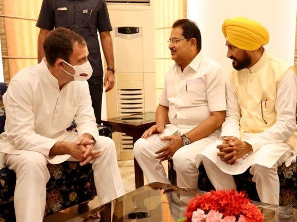 सीएम चरणजीत चन्नी व डिप्टी सीएम ओपी सोनी से मुलाकात करते राहुल गांधी