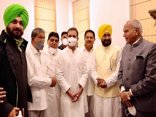पंजाब के नए सीएम व डिप्टी सीएम के साथ राहुल गांधी, गर्वनर बीएल पुरोहित, नवजोत सिद्धू व हरीश रावत।