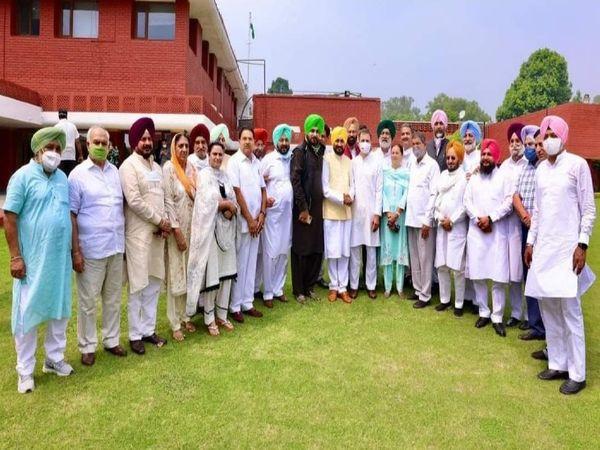 शपथ ग्रहण के बाद नई लीडरशिप के साथ राहुल गांधी।