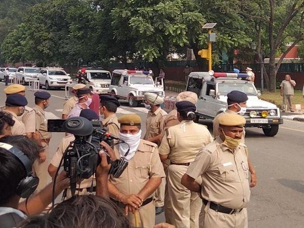 पंजाब राजभवन में दाखिल होता राहुल गांधी का काफिल और मौके पर मौजूद पुलिसबल।