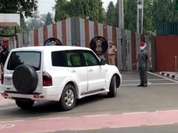 पंजाब राजभवन में दाखिल होती राहुल गांधी की गाड़ी।
