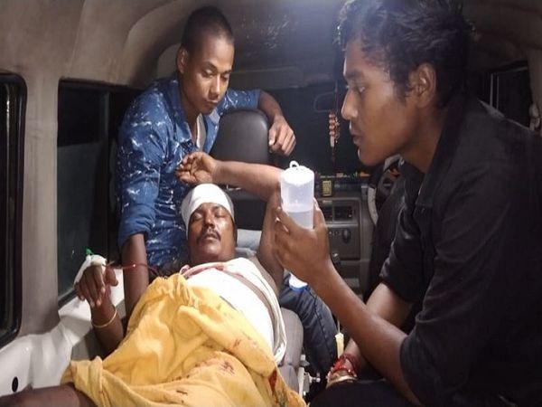 घायल को अस्पताल ले जाते परिजन। - Money Bhaskar