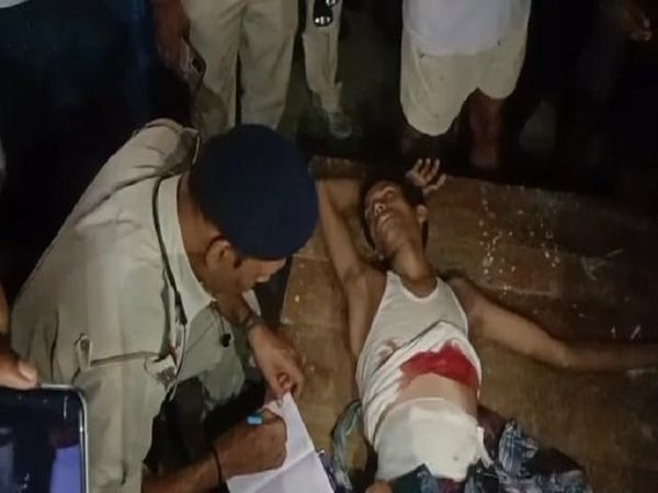 घायल युवक से मामले की जानकारी लेती पुलिस। - Money Bhaskar