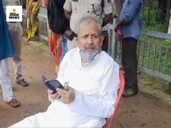 रामजतन सिन्हा जनता दरबार में जाना चाहते थे। लेकिन सुरक्षाकर्मियों ने उन्हें नहीं जाने दिया। - Money Bhaskar
