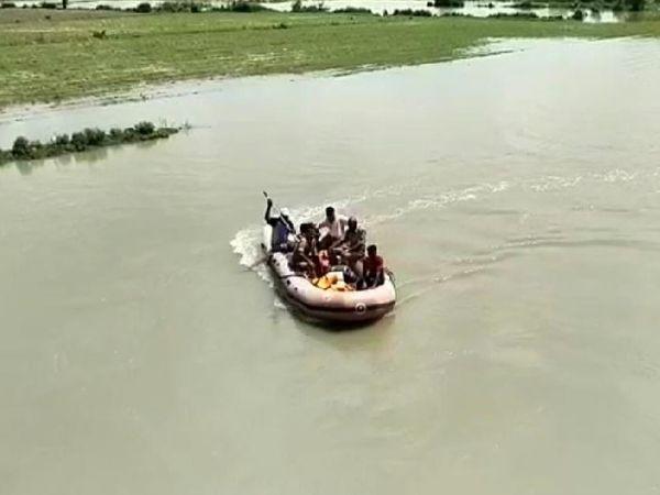 पीएसी के गोताखोर पांडु नदी में शव की तलाश करते हुए। - Money Bhaskar