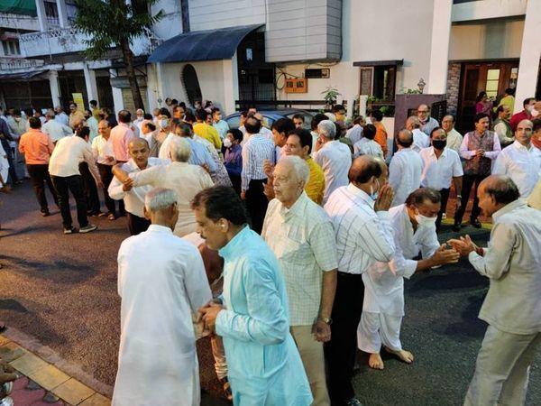 मंदिर के बाहर एक-दूसरे से क्षमा मांगते समाजजन