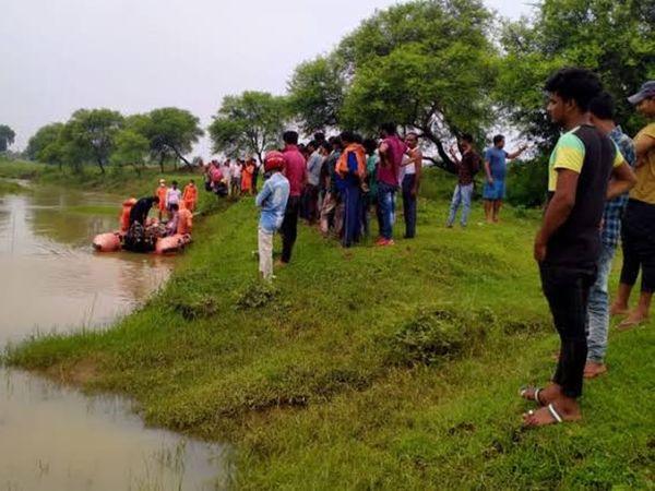 नदी के पास लोगों की भीड़। - Money Bhaskar