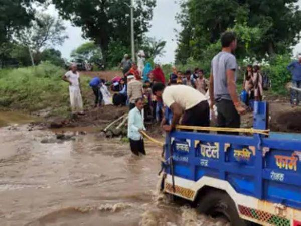 स्कूली बच्चों को ग्रामीणों ने ट्रैक्टर ट्रॉली से सुरक्षित निकाला।