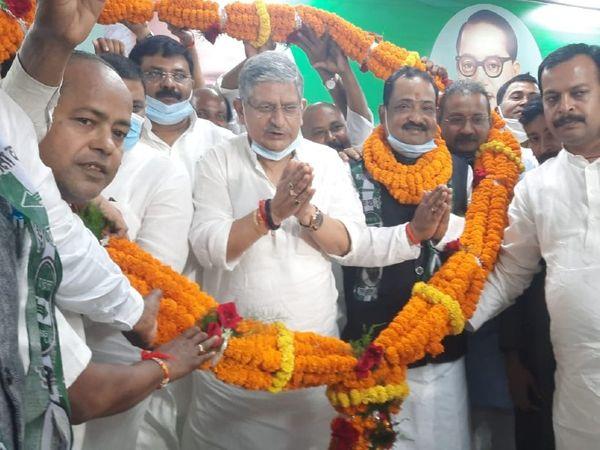 ललन सिंह की मौजूदगी में JDU की सदस्यता लेते हुए विनोद कुमार सिंह। - Money Bhaskar