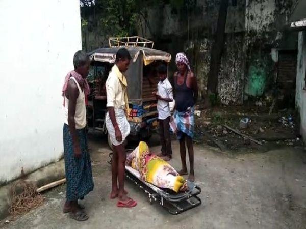 अस्पताल के बाहर मौजूद मृतक के परिजन। - Money Bhaskar