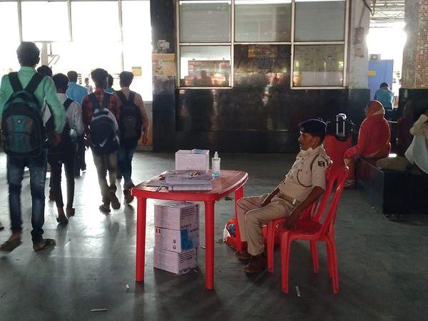 जांच के दौरान जांच कर्ता के जगह बैठा पुलिसकर्मी। - Money Bhaskar