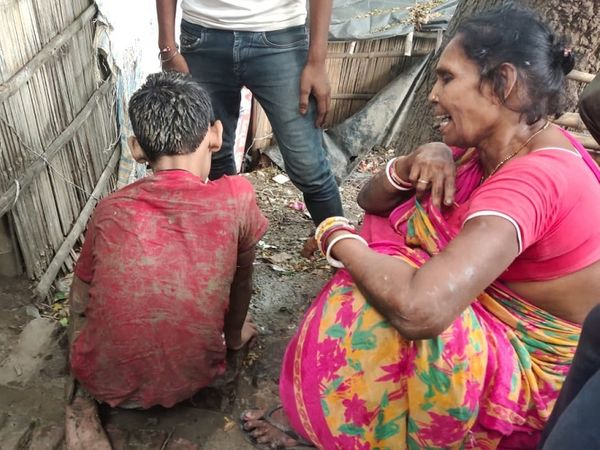 स्थानीय लोगों ने बच्चे को बाहर निकाला। - Money Bhaskar