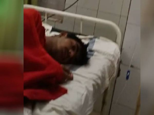 जिला अस्पताल में भर्ती युवक। - Money Bhaskar