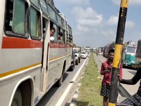 चक्काजाम के दौरान वाहनों की लगी लंबी कतार।
