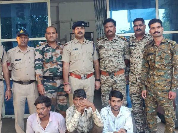 पुलिस गिरफ्त में हत्या के आरोप - Money Bhaskar