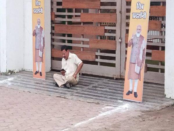 धरने पर बैठे भाजपा पिछड़ा वर्ग प्रकोष्ठ के पूर्व उपाध्यक्ष सुरेंद्र राठौर।