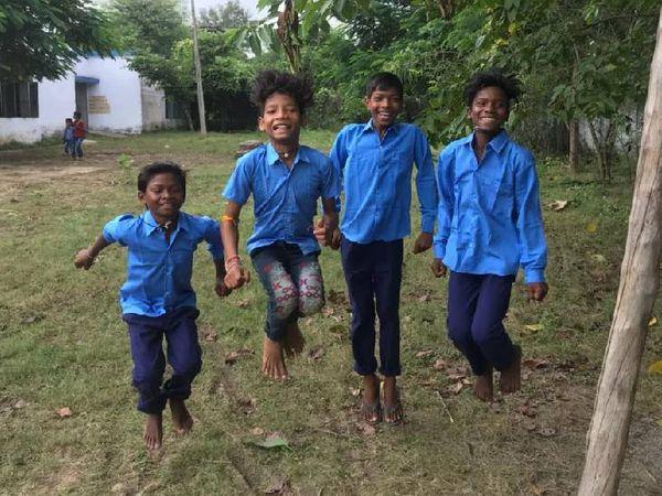 रीवा में स्कूल में कुछ इस तरह मस्ती करते नजर आए छात्र।