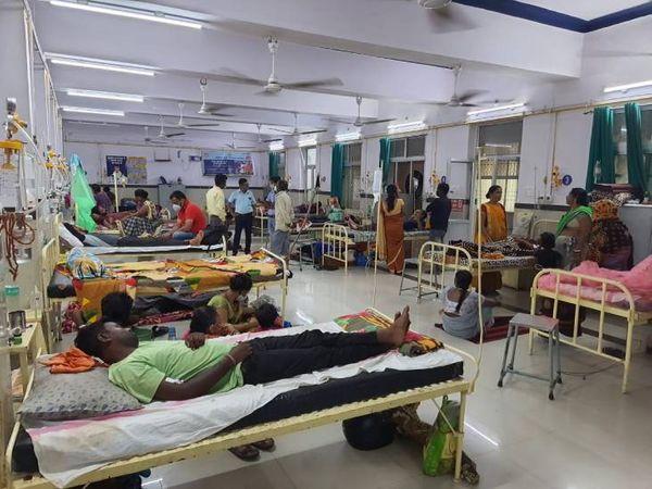 विक्टोरिया अस्पताल में डेंगू और वायरल बुखार से पीड़ित मरीजों से वार्ड फुल।