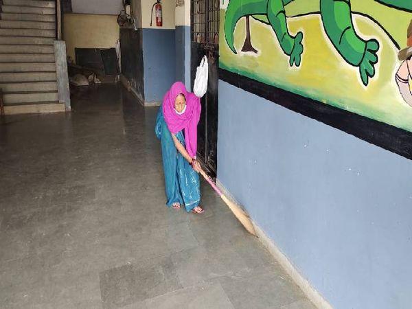 निजी स्कूल प्रबंधन बच्चों के क्लास रूम की साफ-सफाई करा कर क्लास लगाने की तैयारी में जुटे हैं।