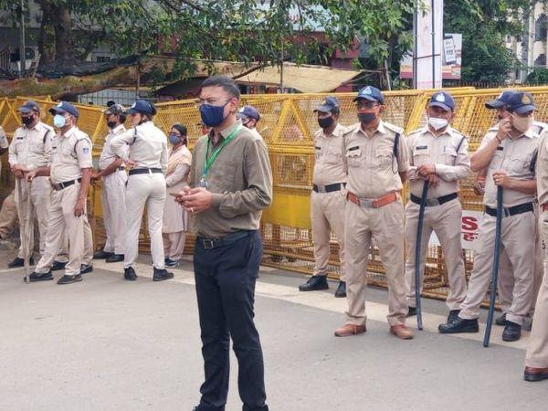 कांग्रेस के घेराव को लेकर पुलिस बल रही तैनात।