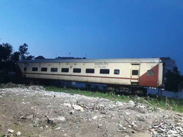 मदनमहल स्टेशन के बाहर रेल कोच रखवा दिया गया है। जल्द ही इसे रेस्टोरेंट में तब्दील किया जाएगा।