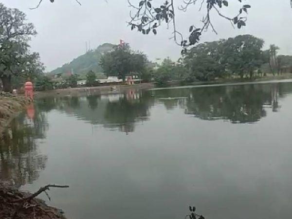 वह तालाब, जिसमें मिला व्यक्ति का शव।