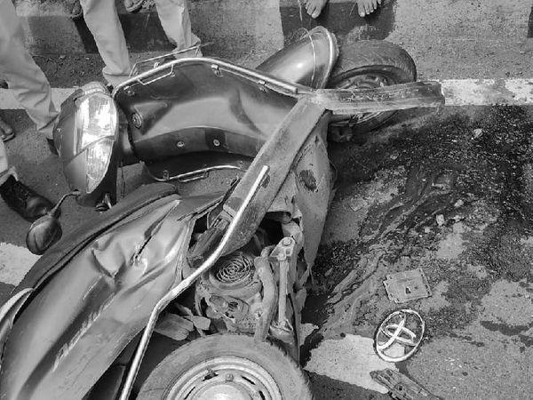 घटनास्थल पर पड़ी क्षतिग्रस्त स्कूटी।
