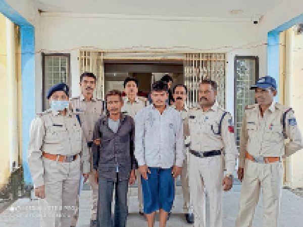 पुलिस गिरफ्त में दाेनाें आराेपी। - Money Bhaskar