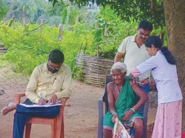 मानपुर के मारकोली में 95 वर्षीय सलको बाई ने वैक्सीन लगवाई। - Money Bhaskar