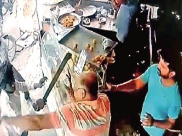 दुकानदार ने गल्ले से 15 हजार रुपए लूटने का आरोप भी लगाया है। - Money Bhaskar