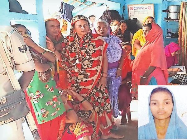 हबीबपुर के मोमिन टोला में युवती की आत्महत्या के बाद जुटी आसपास की महिलाएं इनसेट में मृतका निशी का फाइल फोटो। - Money Bhaskar