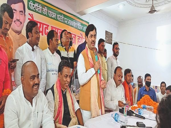 पीरपैंती में कार्यकर्ताओं को संबोधित करते उद्योग मंत्री सैयद शाहनवाज हुसैन। - Money Bhaskar