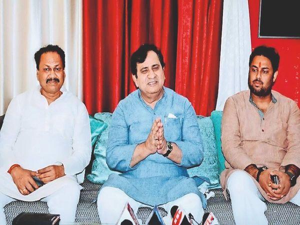 मीडिया काे संबाेधित करते पूर्व केंद्रीय मंत्री शकील अहमद। साथ में प्रवीण कुशवाहा। - Money Bhaskar