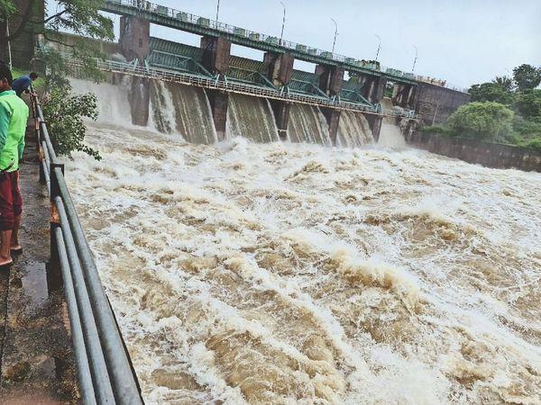 धोलावड़ डेम के कैचमेंट एरिया रतलाम के आसपास तेज बारिश हुई। 24 घंटे में हुई बारिश से धोलावड़ डेम के 4 गेट 3 मीटर तक खोले। रावटी-शिवगढ़ मार्ग के बांसिद्रा के निकट स्थित जामड़ पुलिया पर 2 फीट से ज्यादा पानी आ गया। ऐसे में मार्ग बंद कर दिया। - Money Bhaskar