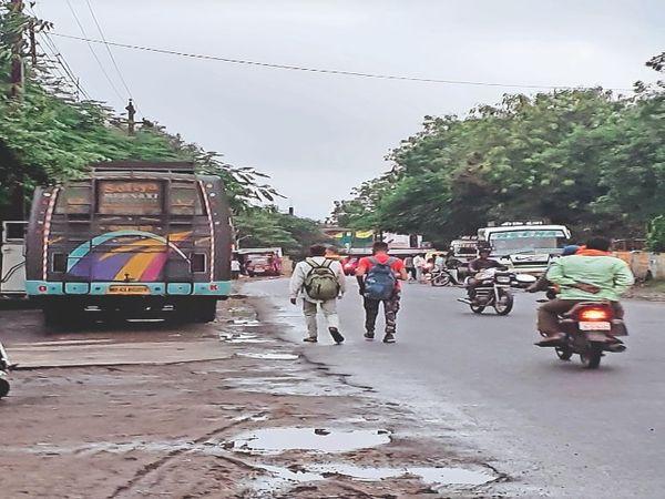 महू रोड पर मुख्य बस स्टैंड होने के बाद भी अंडरब्रिज के पास बस स्टैंड का संचालन हो रहा है। - Money Bhaskar