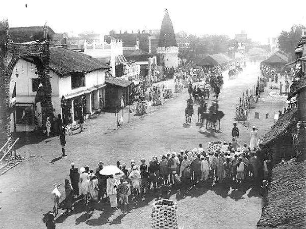 गया की सड़कों पर 30 मार्च 1895 को लार्ड एल्गिन की बग्घी की सवारी को देखते नागरिक - Money Bhaskar