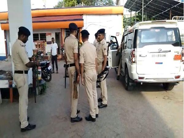 घटनास्थल पर मामले की जानकारी लेती पुलिस। - Money Bhaskar
