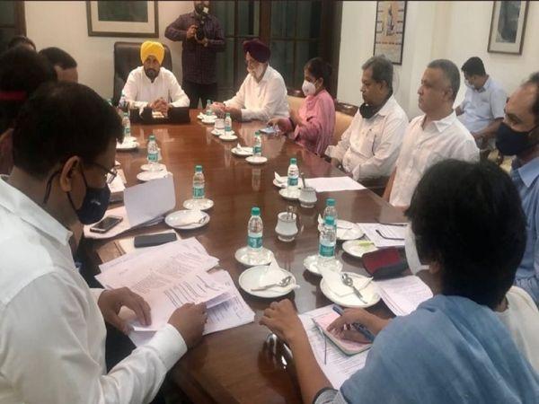 पंजाब के नए मुख्यमंत्री चरणजीत सिंह चन्नी अपने कैबिनेट के साथ पहली बैठक सोमवार देर शाम की। - Money Bhaskar
