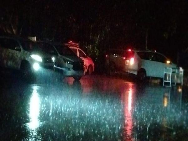 भारी बारिश के बीच पंजाब सचिवालय पहुंचे वाहन।