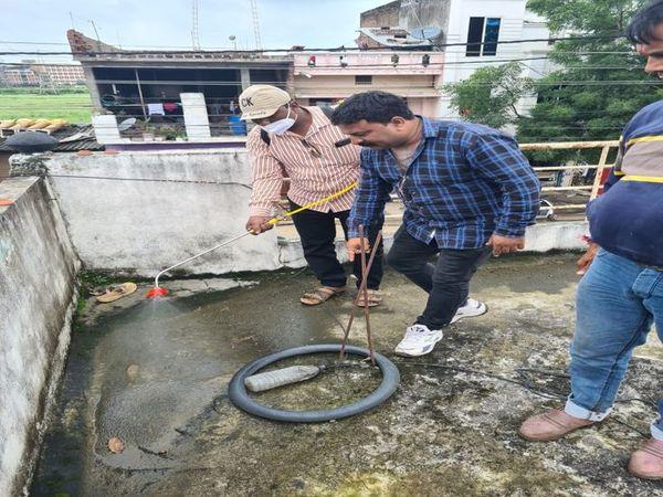 छतों पर बारिश का जमा गंदा पानी � - Money Bhaskar