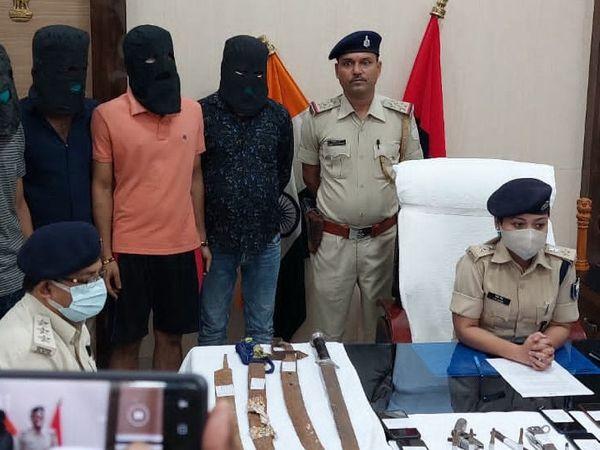 गिरफ्तार अपराधियों के साथ एसपी लिपि सिंह। - Money Bhaskar