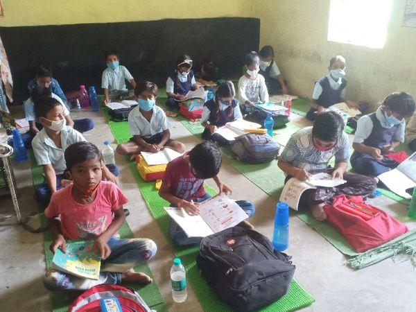 पथरिया जाट में स्कूल आने में बच्चों में दिखा उत्साह। - Money Bhaskar