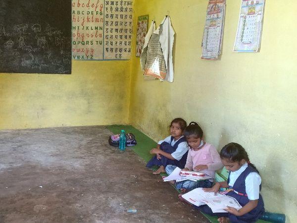 शुक्रवारी प्राथमिक शाला में दर्ज संख्या से कम पहुंचे बच्चे।