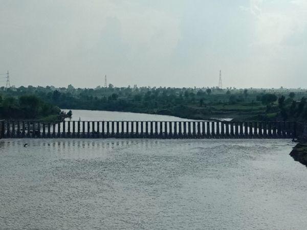 सिंध नदी में इसी पॉइंट पर व्यापारी ने छलांग लगाई है। फाइल फोटो। - Money Bhaskar