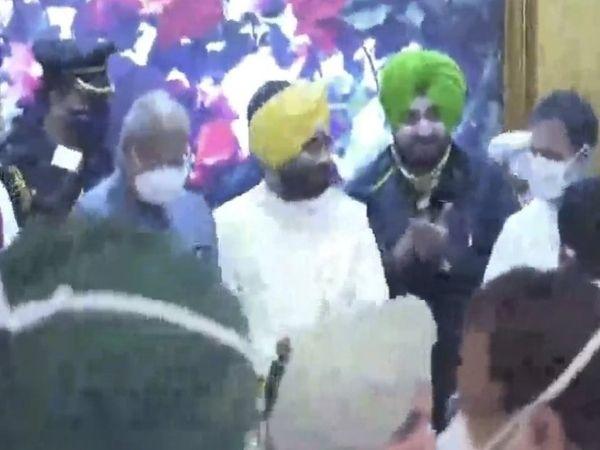 चरणजीत चन्नी को बधाई देते नवजोत सिंह सिद्धू।