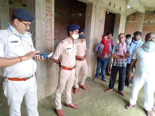 स्कूल में मौजूद पुलिस की टीम। - Money Bhaskar