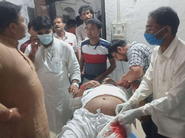 अस्पताल में घायल सुभाष प्रसाद। - Money Bhaskar