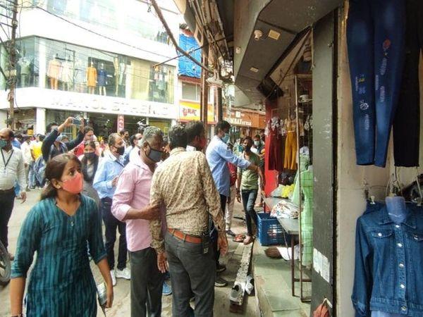 राजबाड़ा क्षेत्र में दुकान सीलबंद करने की कार्रवाई करती नगर निगम की टीम।